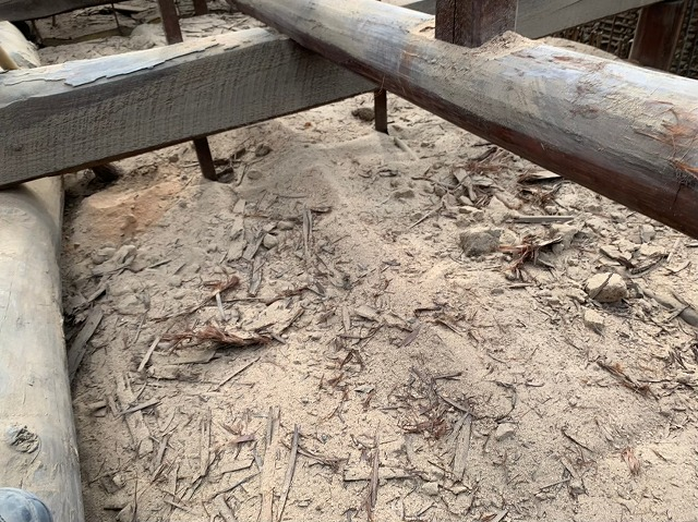 屋根裏に落ちた大量の土