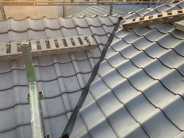 谷切りの終わった瓦屋根