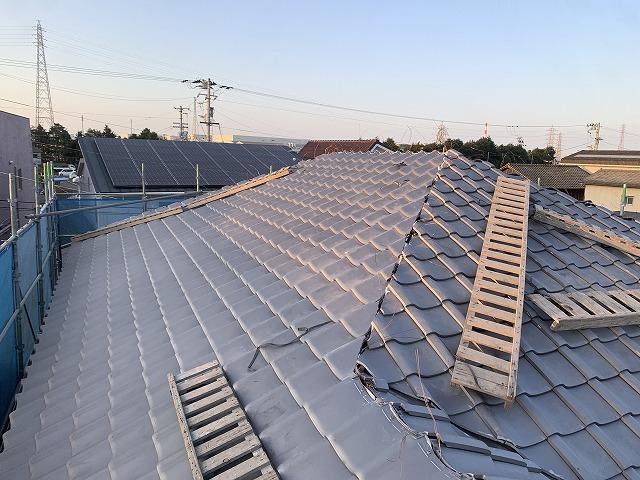 屋根の形状に合わせて瓦を葺いた写真