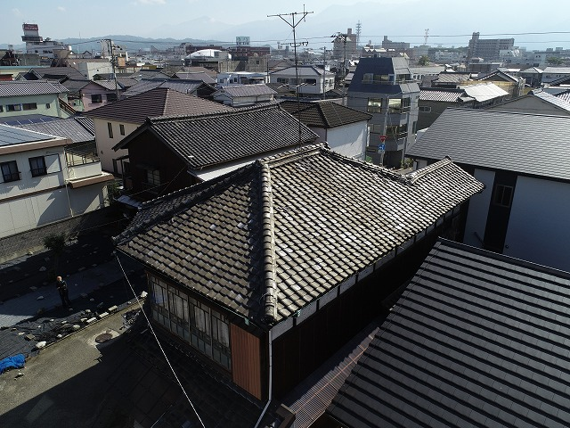 瓦がズレ、雨漏りのしている瓦屋根
