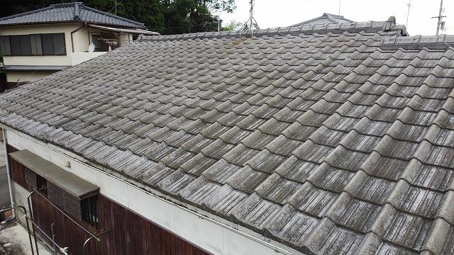 表面の劣化が進んだセメント瓦屋根