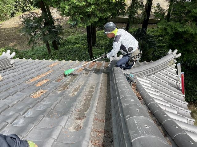 箒を使って屋根掃除