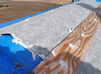 防水性のシートで応急処置をした屋根